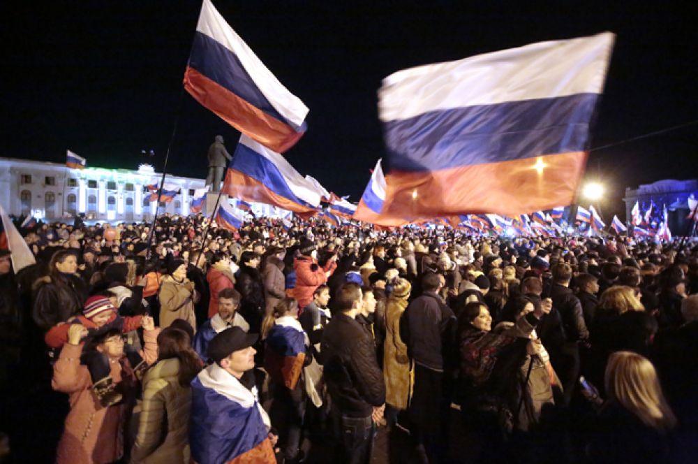 Жители Симферополя на концерте «Крым-Весна» на площади Ленина в центре города в ожидании объявления итогов референдума о статусе Крыма.