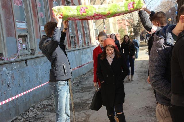Саратовские молодогвардейцы держали матрас над головами прохожих