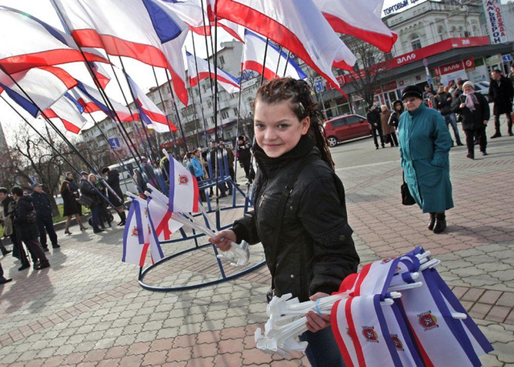 Флаги на площади во время референдума о статусе Крыма в Симферополе.