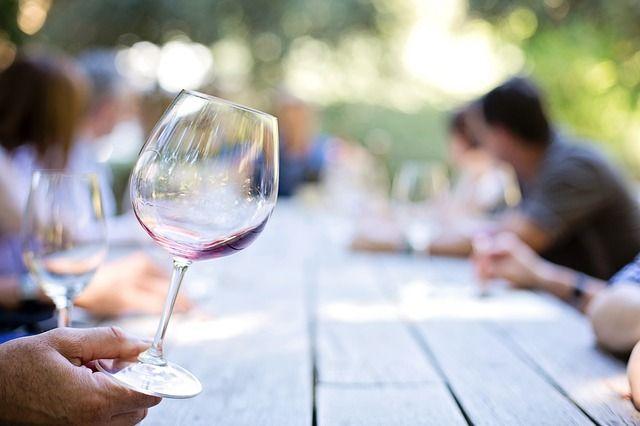 Укравших свинзавода 50 литров вина вЛевокумском районе будут судить