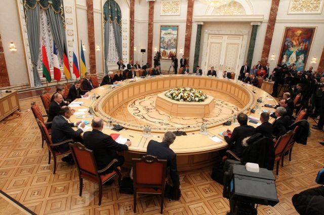 Украина вМинске потребовала вернуть захваченные боевиками наДонбассе учреждения