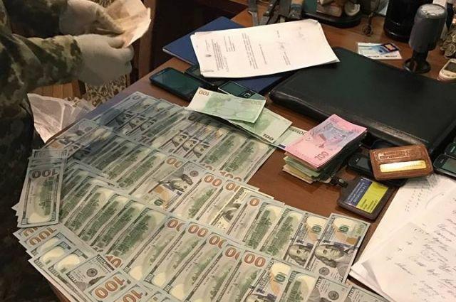 Также во время обыска в кабинете полковника внутренней службы были изъяты 6350 долларов и 600 евро