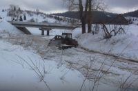 На малых реках посёлков Базанча и Калары члены добровольных дружин, сотрудники МЧС и поселковых администраций приступили к раздавливанию льда гусеничной техникой.