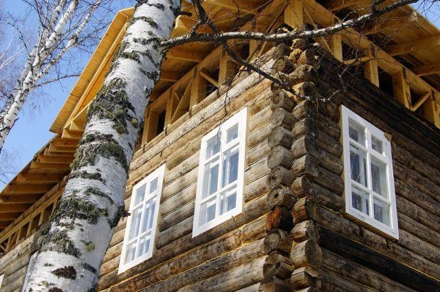 Срубу, из которого строят объект, 195 лет.