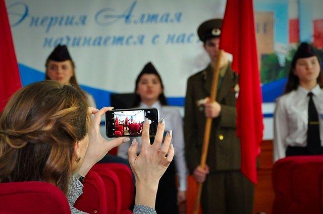 Ученики средней общеобразовательной школы № 53 во время концерта. Фото:
