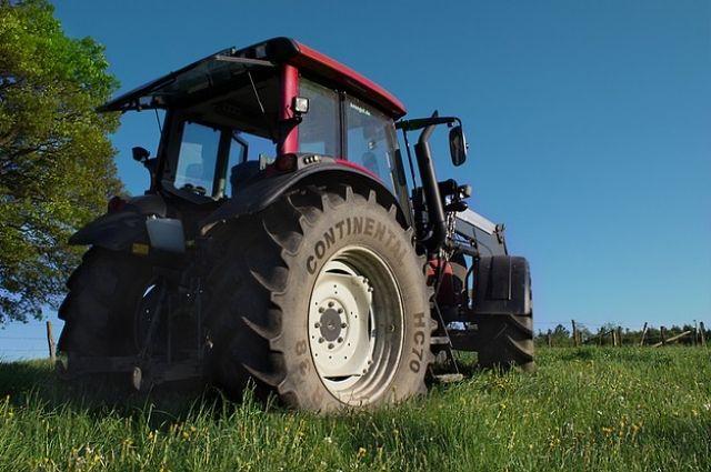 ВНовосибирске мужчину зажало между трактором иавтомобилем