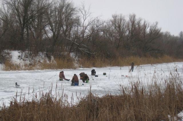 Специалисты напоминают, что на тонкий лед выходить крайне опасно.