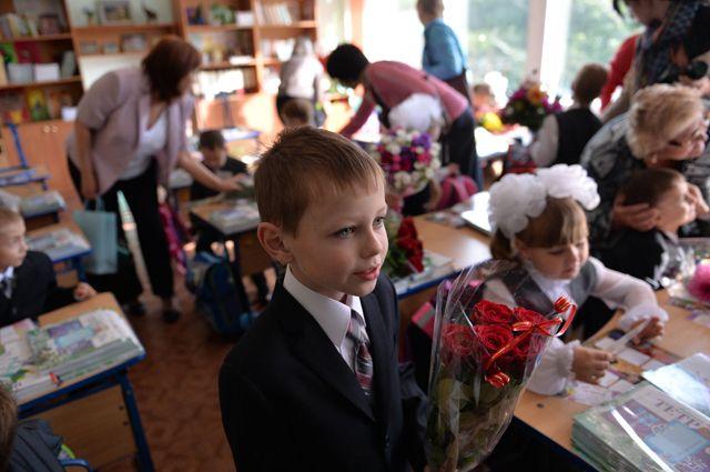 В сельской местности в школу должен возить автобус, а в городах образовательное учреждение обязаны предоставить в шаговой доступности.
