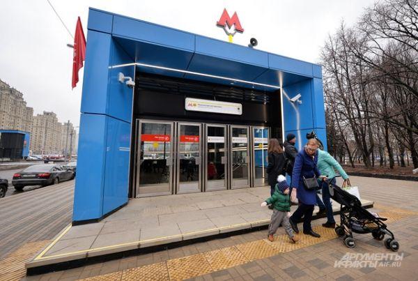 Вход на станцию «Ломоносовский проспект».