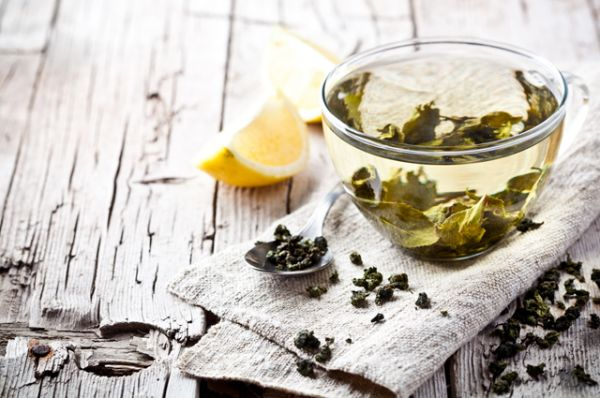 Зеленый чай. Один из самых известных антиоксидантов. Также содержит антиканцерогены, которые предотвращают рост опухолей и снижают риск их появления.