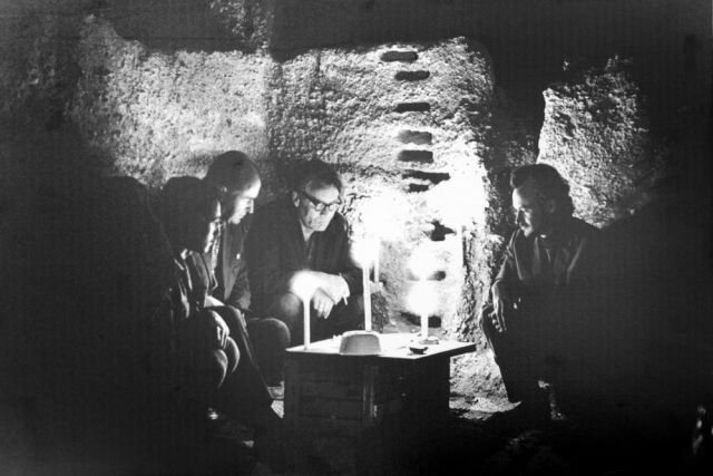 Археологи в пещере.