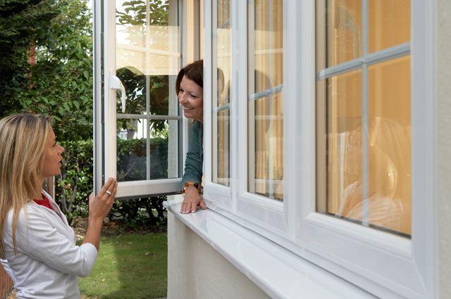 Голая в окне дома без комплексов фото 741-386