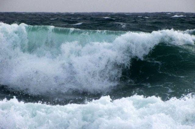 Шторм с9-метровыми волнами надвигается насеверные районы Тихого океана