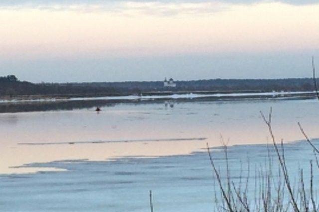 НаВолге вТверской области льдина оторвалась вместе стремя людьми— МЧС