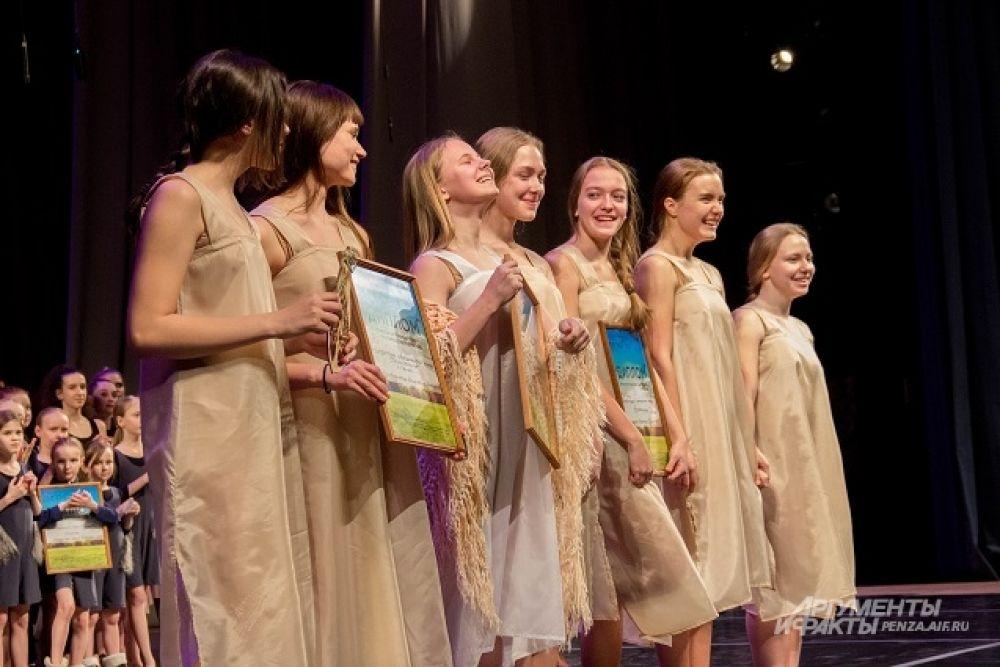 Пензенский театр-студия современного танца «Воскресенье» получил главный приз фестиваля и приз зрительских симпатий.
