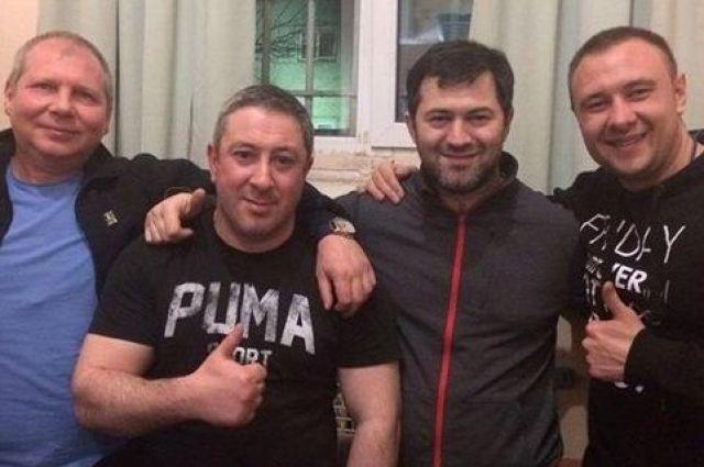 Насиров сделал памятное фото с сокамерникам