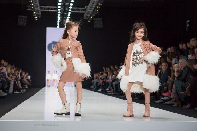 Маленькая оренбурженка ( на фото справа) прошла по подиуму на неделе высокой моды в Москве