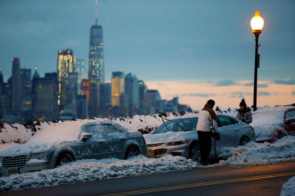 14 марта. На Нью-Йорк обрушился сильный снегопад, который почти полностью парализовал город.