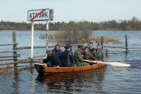 Весной лодки - одно спасение для жителей Атазика. Денег на строительство моста нет.