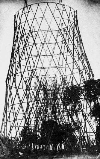 14 марта 1920 года началось строительство радиобашни на Шаболовке. Работа по возведению конструкции неоднократно прерывалась из-за отсутствия материалов. На фото: строительство Шуховской радиовышки в Москве: установлены две нижние секции, верхние секции собраны и подготовлены к подъёму, 1921 год.