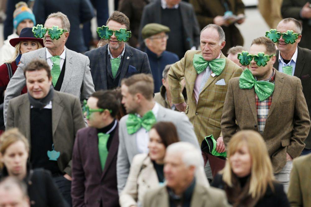 Поклонники праздника во время скачек в Челтнеме, Великобритания.