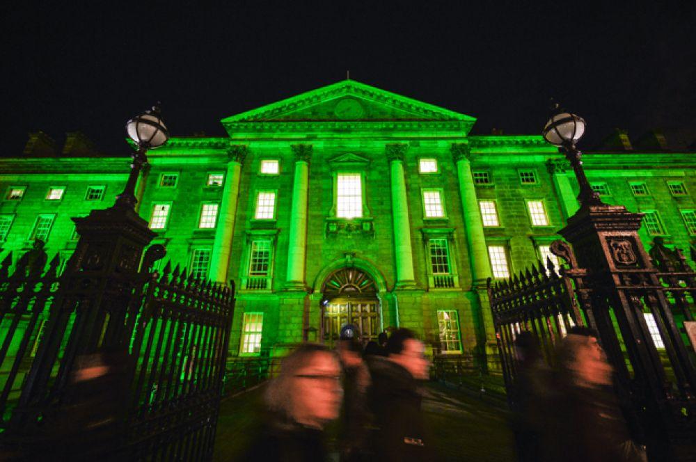 Здание Правительства в Дублине накануне праздника также стало зелёным.