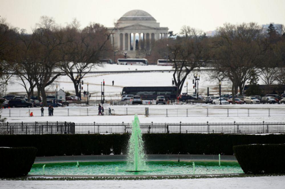 Вода в фонтане на Южной лужайке Белого дома окрасилась в зелёный цвет.