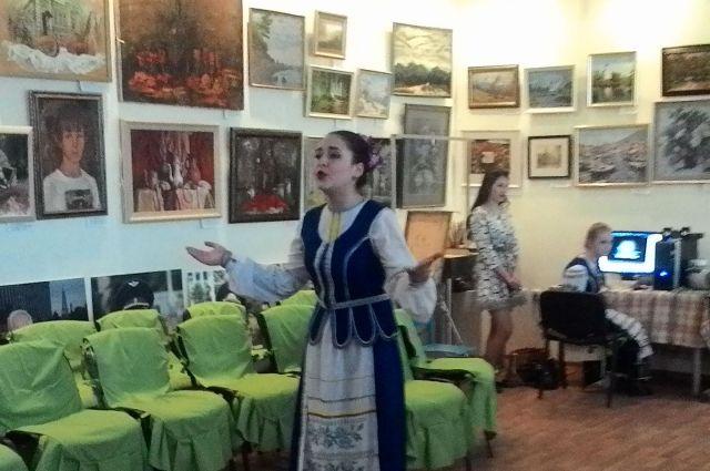 Для гостей мероприятия пели волонтеры Центра - солисты Краснодарского краевого колледжа культуры.