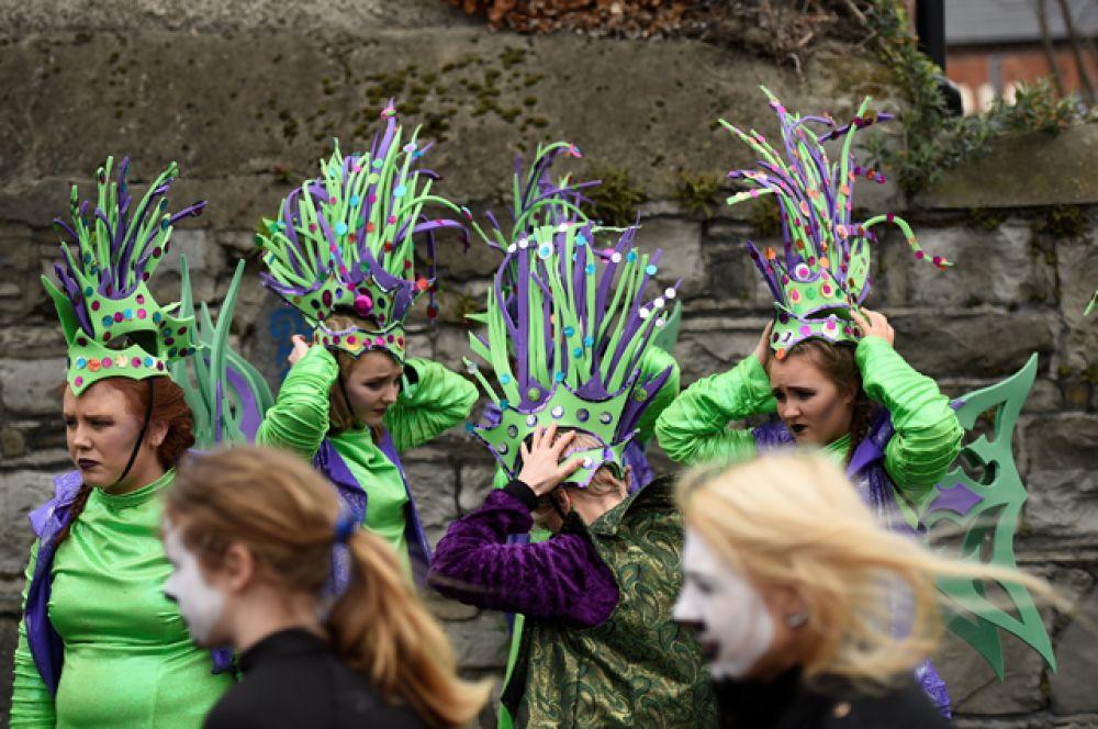 Участники перед парадом в День святого Патрика в Дублине.