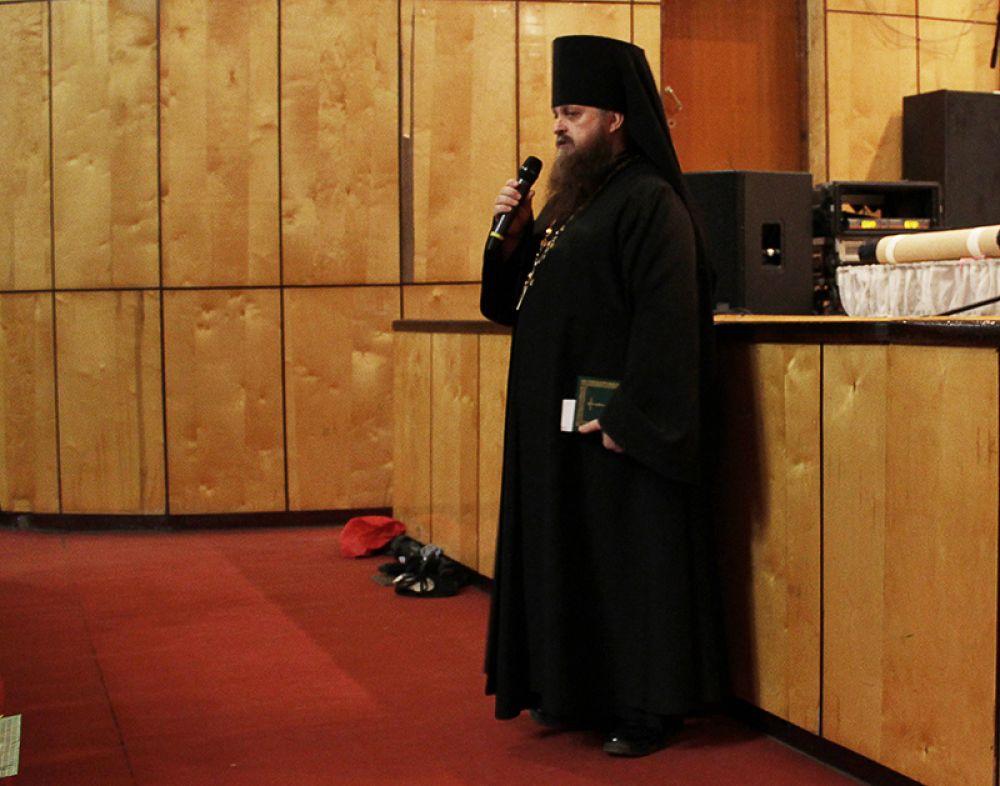 Перед началом конкурсной программы священник прочёл молитву и окропил помещение святой водой