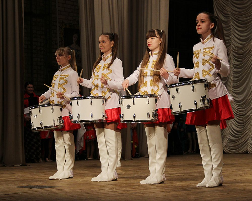 Фестиваль открыл взвод юных барабанщиц