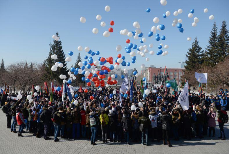 Участники запускают шары напраздничном мероприятии «Крымская весна! Мывместе!» вчесть третьей годовщины воссоединения Крыма сРоссией вТеатральном сквере наплощади имени Ленина вНовосибирске.