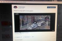 На видеозаписи видно, что водитель легковушки объехал внедорожник, подрезав его и перестроившись вперёд него.