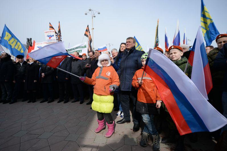 Участники митинга-концерта в Екатеринбурге, посвященного третьей годовщине воссоединения Крыма с Россией.