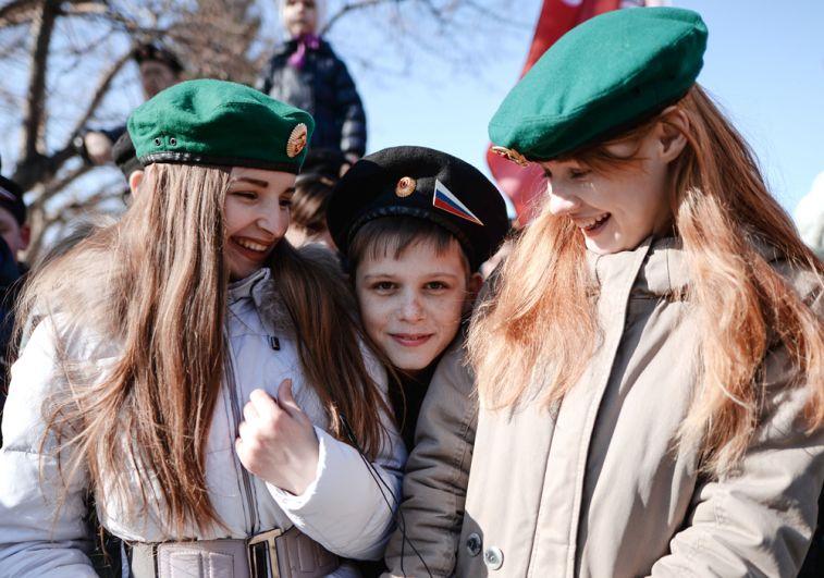 Участники праздничного мероприятия «Крымская весна! Мывместе!» вчесть третьей годовщины воссоединения Крыма сРоссией вТеатральном сквере наплощади имени Ленина вНовосибирске.