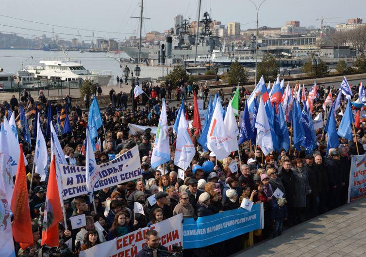 Участники митинга в честь третьей годовщины воссоединения Крыма с Россией на Корабельной набережной во Владивостоке.