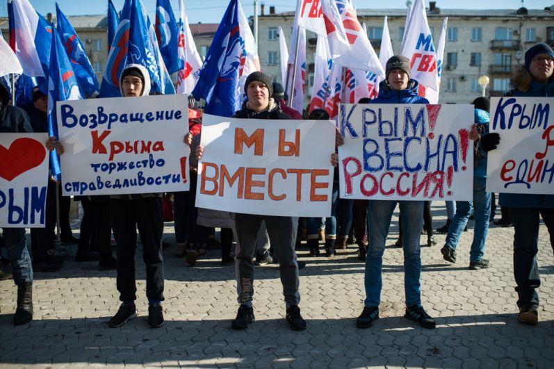 Участники митинга в честь третьей годовщины воссоединения Крыма с Россией у здания Пушкинской библиотеки в Омске.