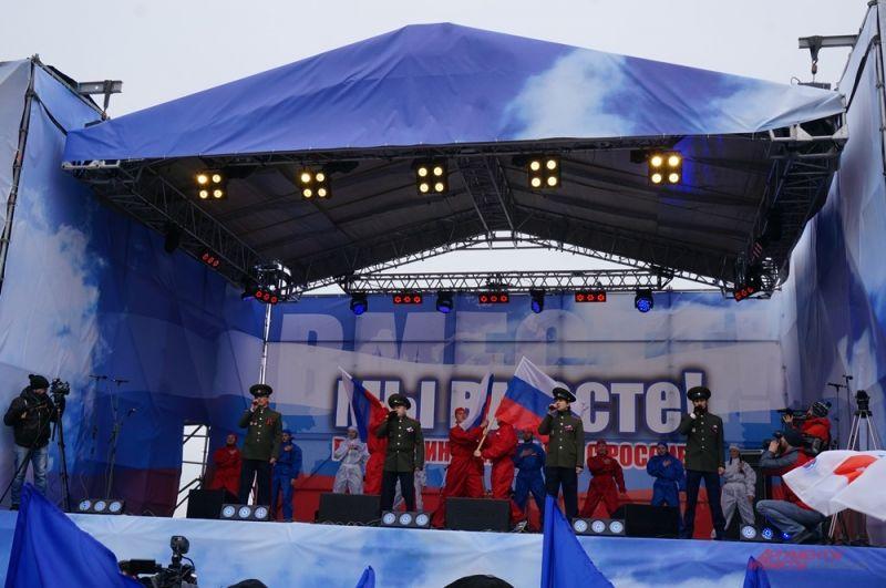 Концерт начался с выступления военного оркестра.