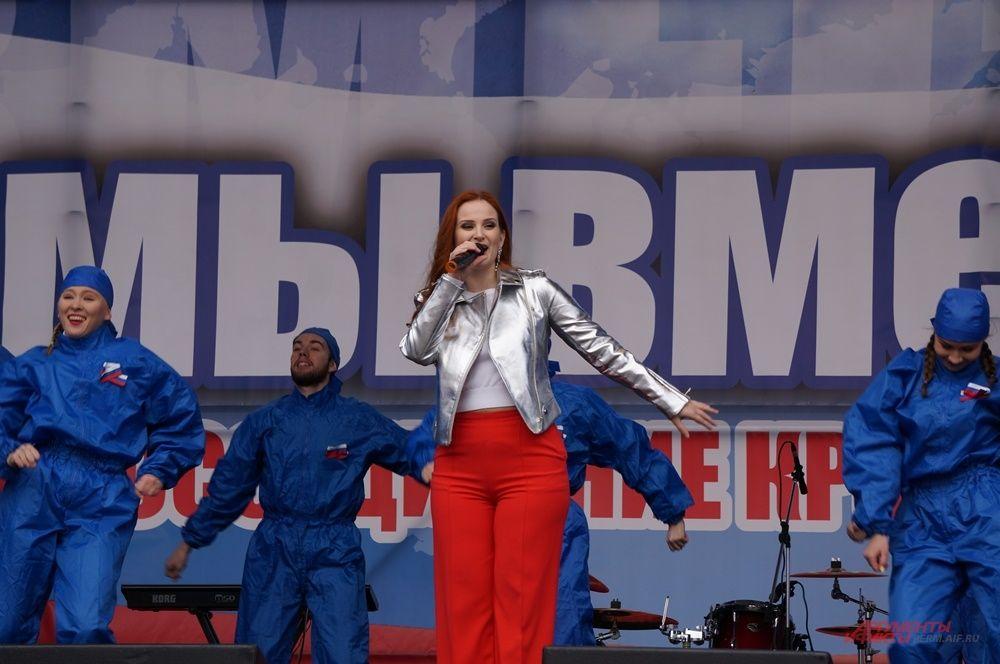На сцене выступили пермские артисты.