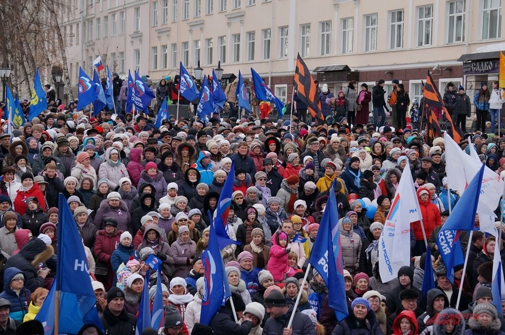 На Соборной площади собрались тысячи человек.