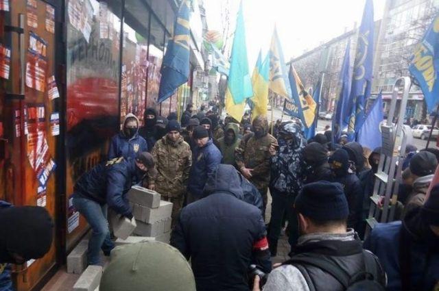 ВТернополе радикалы закрыли бетонными блоками вход вотделение Сбербанка