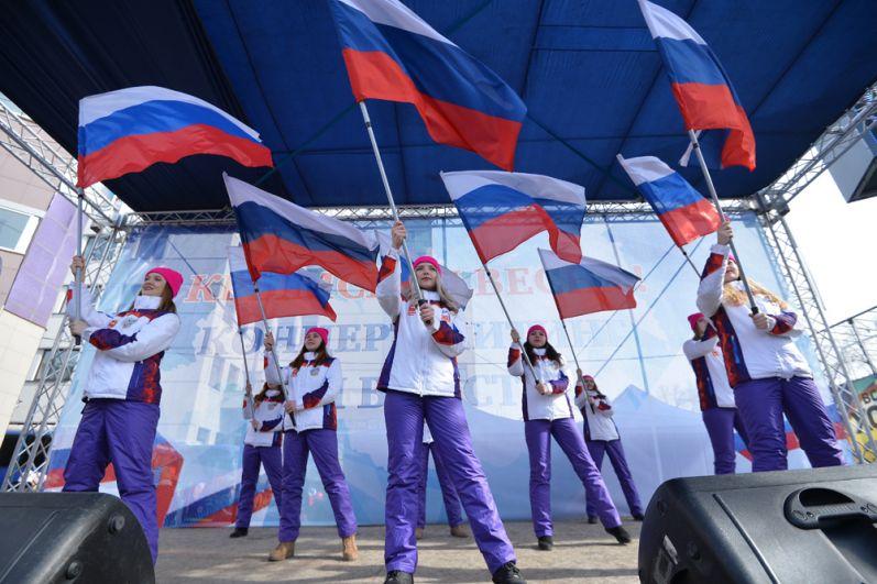 Участники митинга в честь третьей годовщины воссоединения Крыма с Россией на пешеходной улице Кирова в Челябинске.
