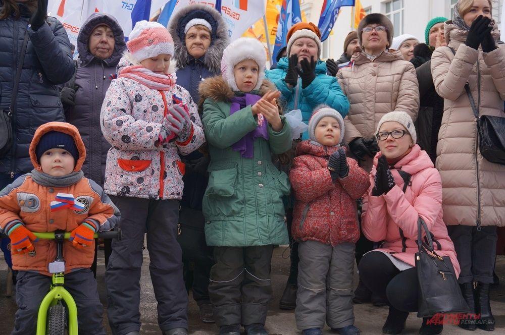 Многие пришли на концерт семьями.