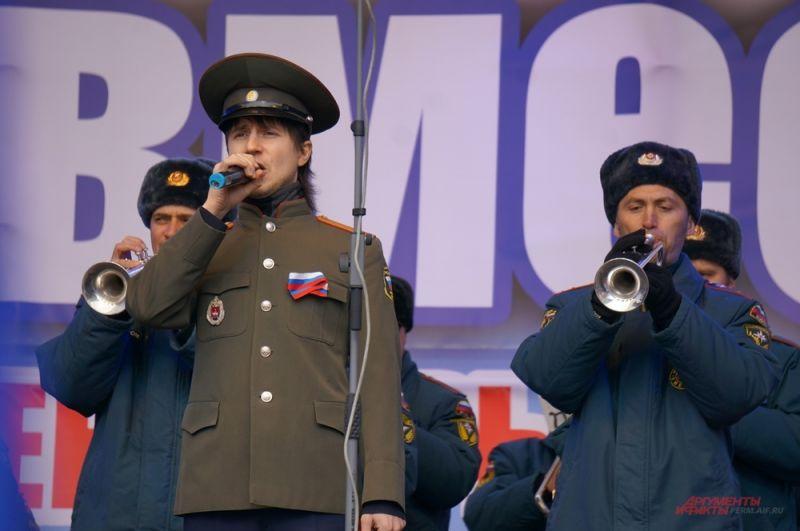 Солисты оркестра исполнили гимн России.