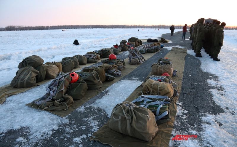 Десантирование курсантов происходит с вертолета Ми-8 группами по три человека без оружия и специального снаряжения.