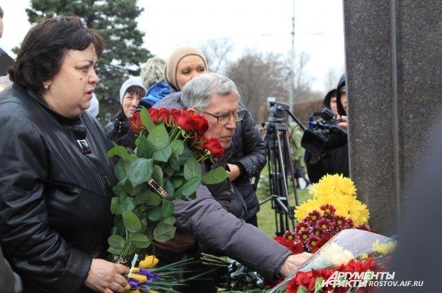 В сквере аэровокзала открыли памятник «Прерванный полет» жертвам крушения Boeing.