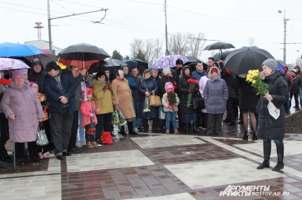 Несмотря на дождливую погоду, пришли сотни ростовчан.