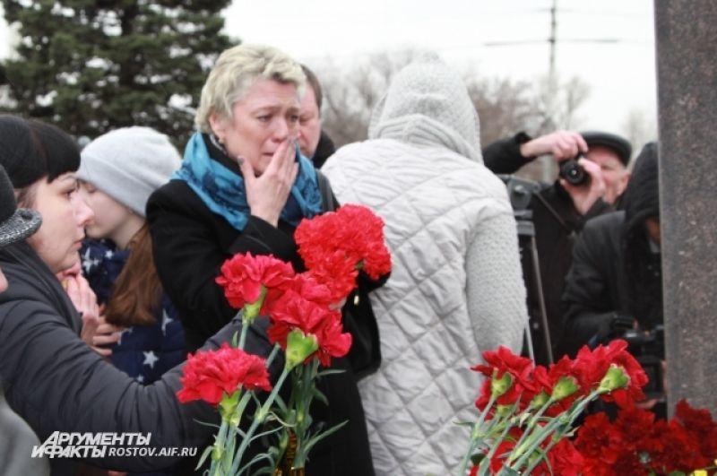 Пришли почтить память погибших не только родственники, но и друзья погибших, неравнодушные ростовчане.
