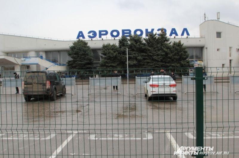 Гранитный постамент установили напротив входа в аэропорт.