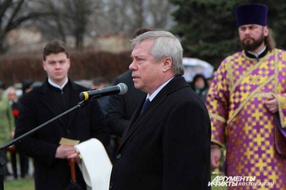Губернатор Ростовской области Василий Голубев произнес речь, в которой выразил ещё раз глубокие соболезнования землякам.